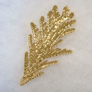 Jewelry - Stunning gold dipped fir 🌲 pin.